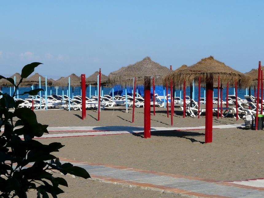 Czerwone leżaki naplaży wTorremolinos
