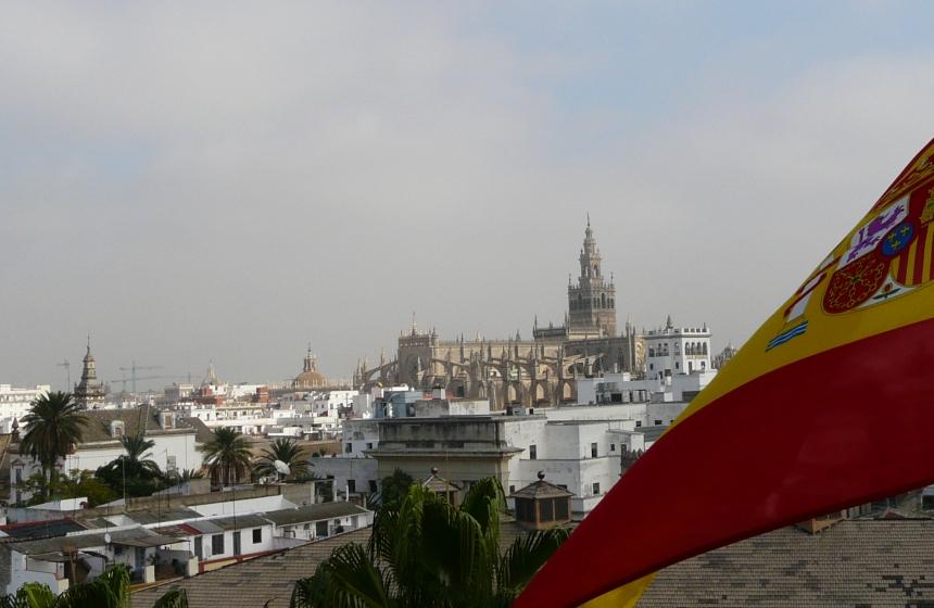 Widok nakatedrę zTorre del Oro, Sewilla, Hiszpania