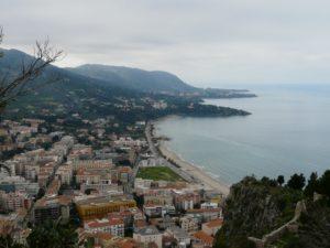 Widok naCefalu iSycylię zgóry La Rocca