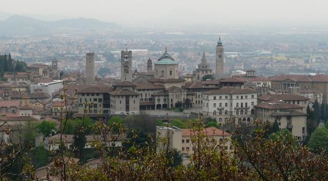 Bergamo Alta widziane ze wzgórza wBergamo