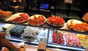 Typowy bar tapas wBarcelonie, Hiszpania