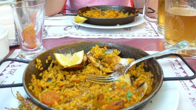 Na zdjęciu paella - popularne danie wHiszpanii