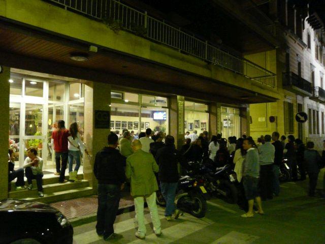 Tak wyglądają lokalne miejsca podczas meczu wpiłkę nożną - brak miejsc wśrodku, więcludzie stoją nazewnątrz