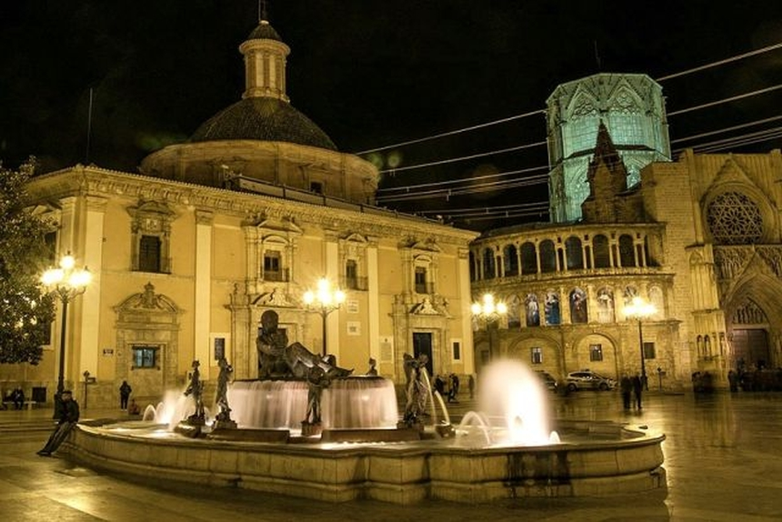 Plaza de la Virgen nocą, Walencja