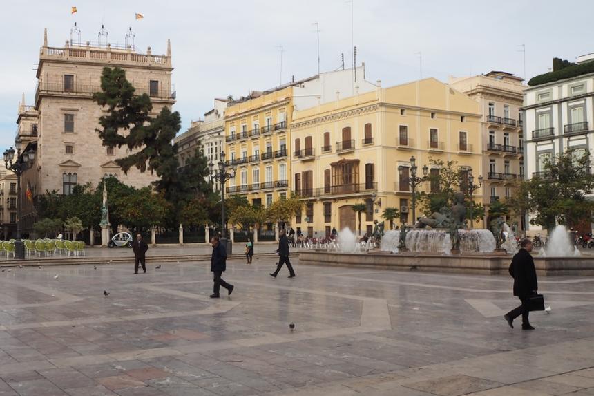 Plaza de la Virgen - widok nafontannę