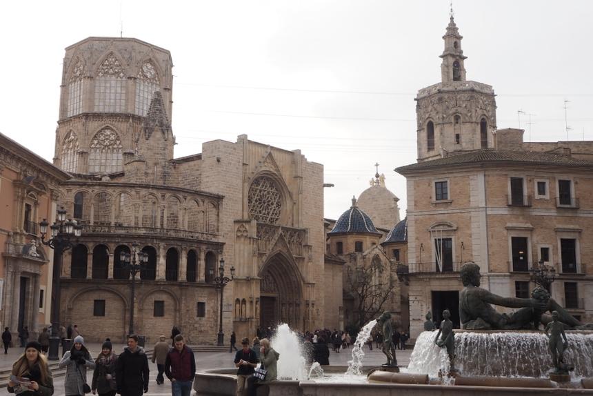 Plaza de la Virgen, widok nafontannę ikatedrę Santa Maria wWalencji