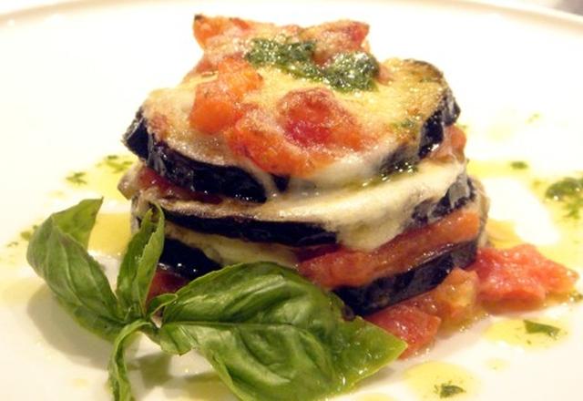 parmigiana – potrawa przyrządzana wpiekarniku zusmażonych wcześniej bakłażanów isera