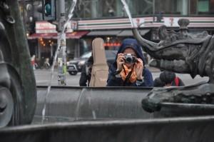 Złamapana narobieniu zdjęć podSmoczą fontanną naPlacu Ratuszowym wKopenhadze