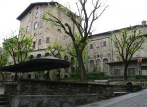 Mało turystów we włoskim miasteczku Bergamo
