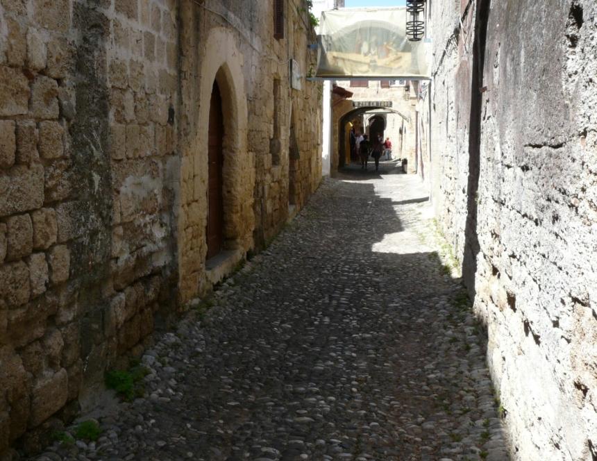 Wśród wąskich uliczek miasta Rodos, Grecja