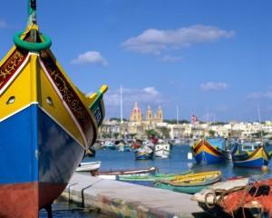 Fot: port naMalcie – typowe kolorowe łódki rybackie