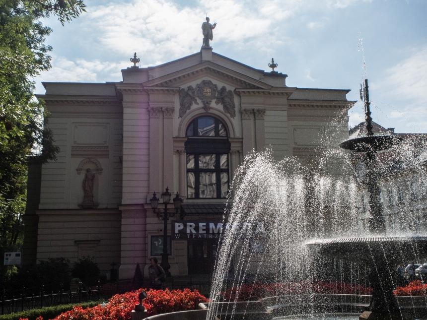 Zabytkowa fontanna przed Teatrem Polskim wBielsku-Białej