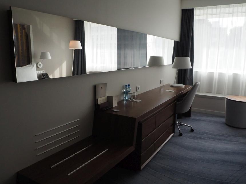 DoubleTree by Hilton Wrocław - biurko wpokoju, czylimiejsce pracy