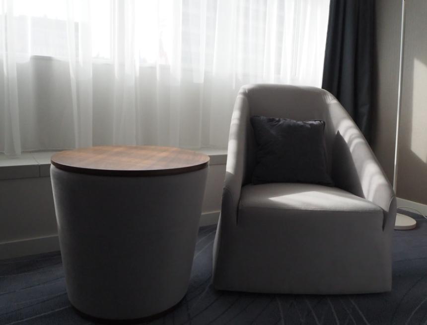 DoubleTree by Hilton Wrocław - pokój ifotel doodpoczynku