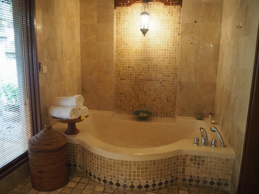 Willa whotelu Melia Bali - łazienka zwanną