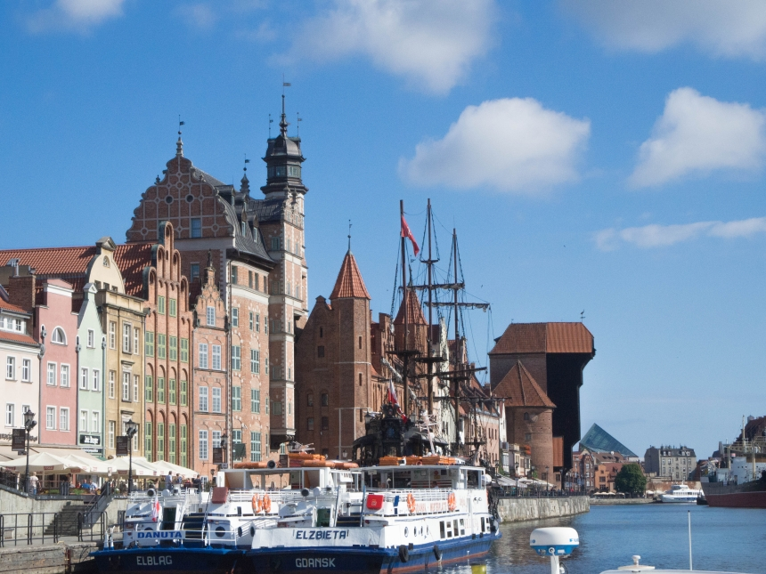 Widok naMotławę izabytki Gdańska ztramwaju wodnego