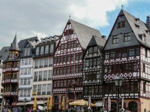 Frankfurt nadMenem to miasto położone wNiemczech, które można odwiedzić autobusem zPolski