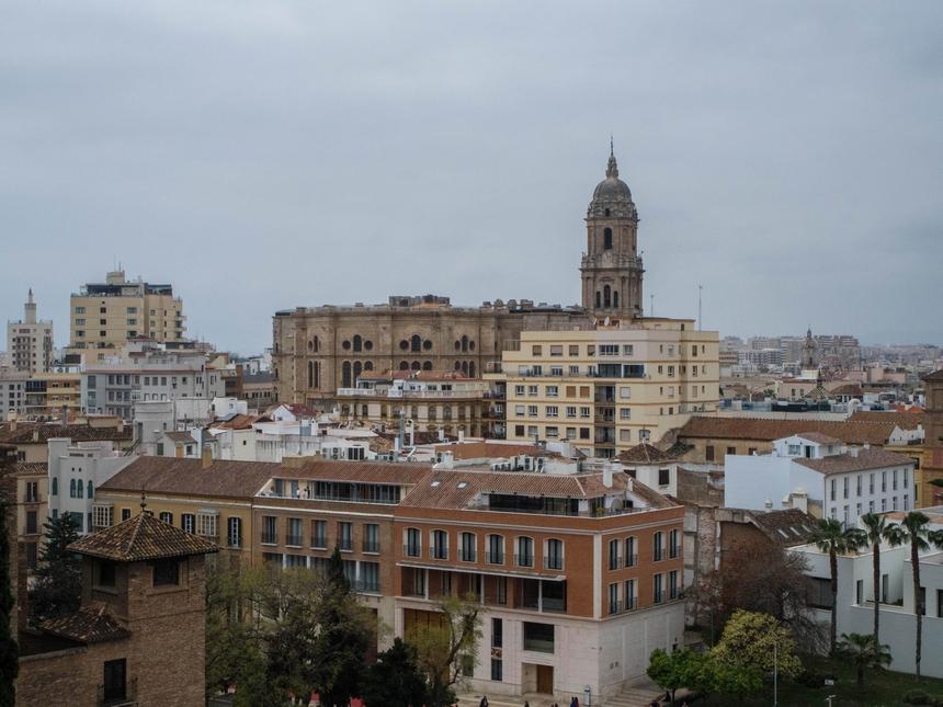 Widok nakatedrę wMaladze zMirador Alcazaba
