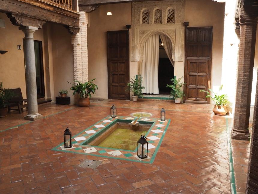 Granada - czasami warto zajrzeć dojakiejś bramy