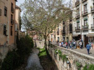Ulica wzdłuż rzeki, Granada, Hiszpania