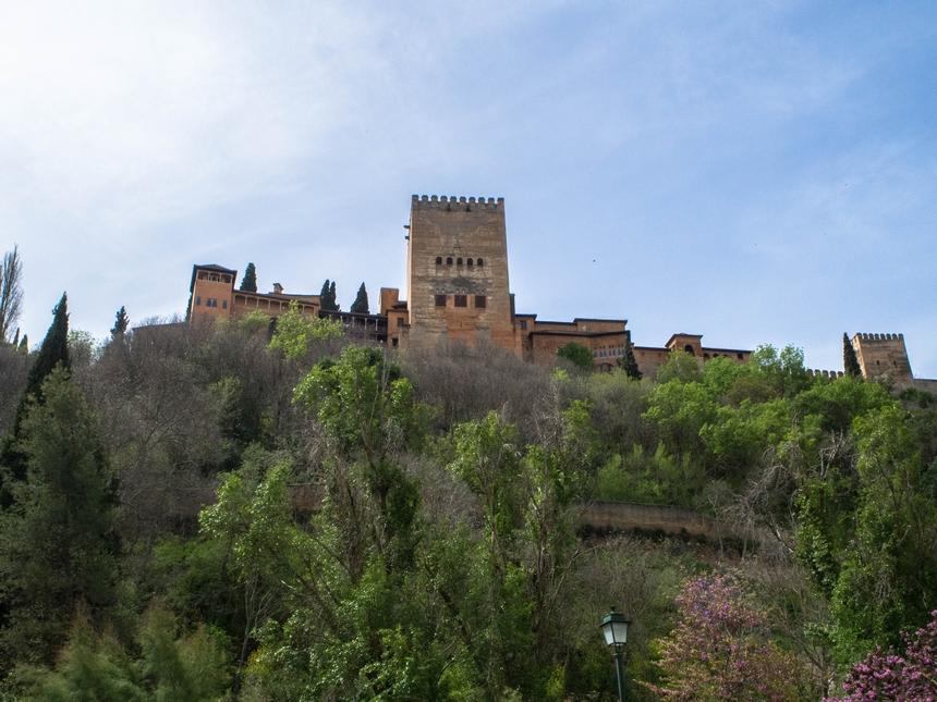Wzgórza Alhambry widziane zulicy wzdłuż rzeki, Granada
