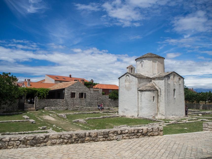 Jedna z najmniejszych na świecie katedr – katedra św. Krzyża z IX wieku.