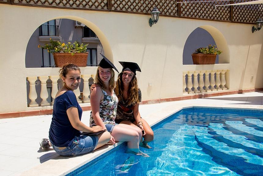 Szkoła Maltalingua oferuje swoim uczestnikom basen nadachu szkoły