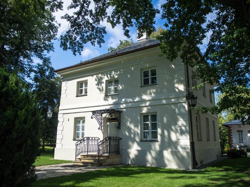 Oficyna Zamoyskiego, Pałac Mała Wieś