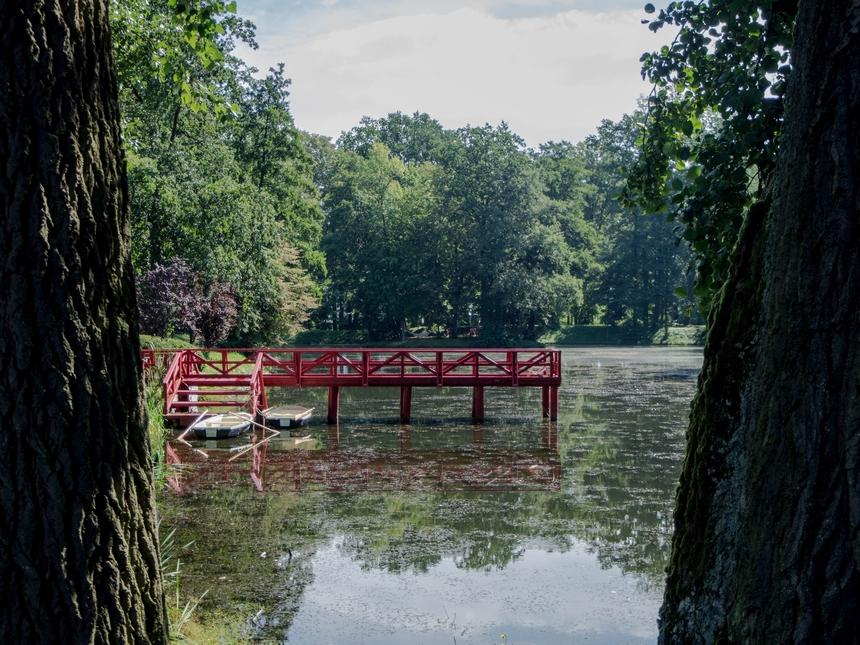 Widok naogród istaw, wktórym można popływać łódką - Pałac Mała Wieś