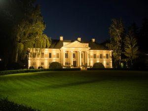 Pałac Mała Wieś nocą