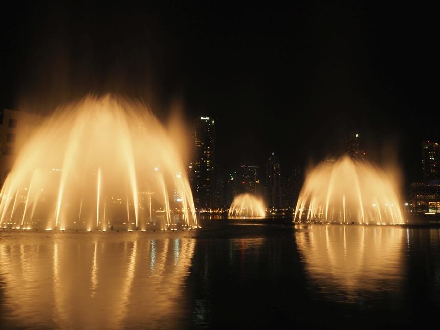Tańczące, kolorowe fontanny wDubaju