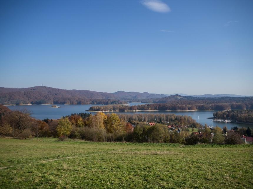 Widok na Jezioro Solińskie z punktu widokowego w Polańczyku, Bieszczady