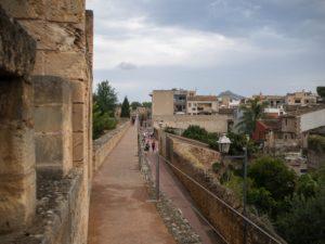Spacer murami obronnymi Alcudii, Majorka