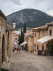 Uliczki malowniczego miasta Pollenca, Majorka