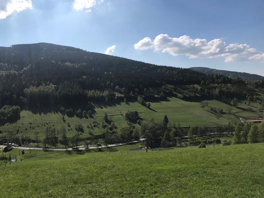 Widok naokolicę wdrodze zPrzełęczy Staromorawskiej doBolesławowa, Góry Bialskie