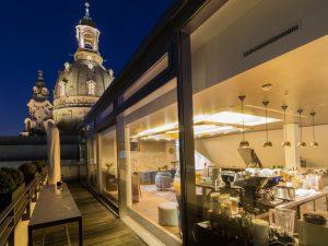 Bar nadachu hotelu zwidokiem nakościół Marii Panny, Vienna House QF Dresden