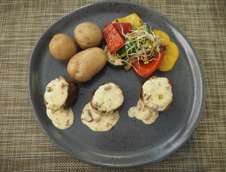 Grillowane polędwiczki wieprzowe zziemniakami wmundurkach, sosem kurkowym orazgrillowanymi warzywami