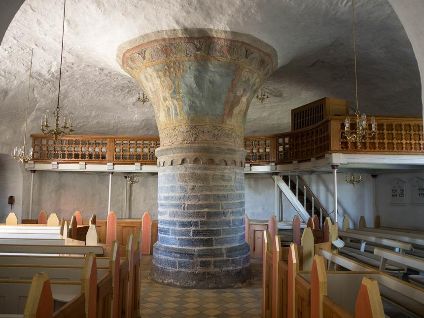 Wnętrze kościoła rotundowego wNylars, Bornholm