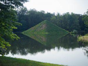 Piramida nawodzie, park Branitz