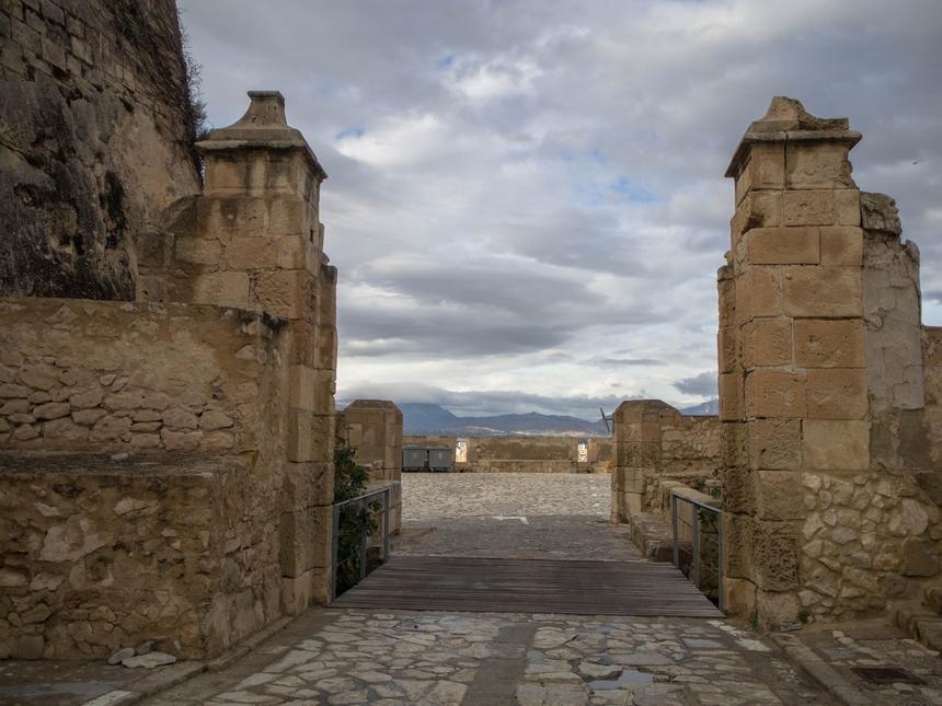 Brama wejściowa nazamek Castillo de Santa Barbara, Alicante