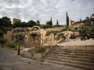 Początek poziomu średniego zamku Castillo de Santa Barbara, Alicante