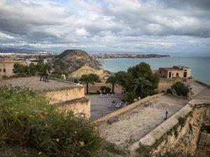 Widok napoziom średni zamku św. Barbary, Alicante
