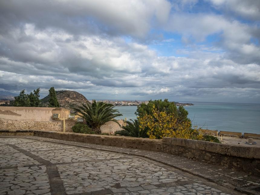 Widok znajniższego poziomu zamku św. Barbary, Alicante