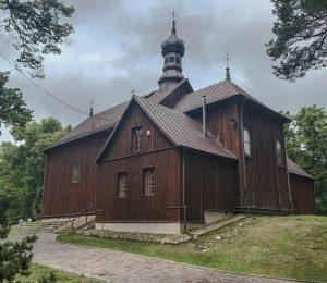 Zabytkowy, modrzewiowy kościół zXVIII wieku wLutkówce