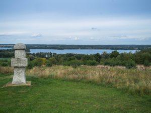 Punkt widokowy Łężeczki, pomnik wformie obelisku wkształcie grzyba