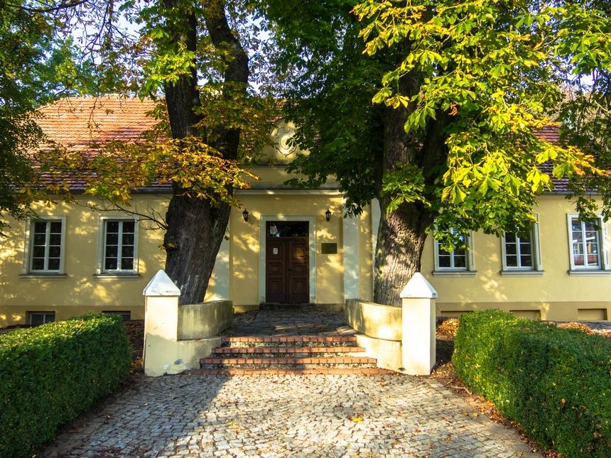 Odrestaurowany dwór zpołowy XIX wieku wChalinie, Ośrodek Edukacji Przyrodniczej