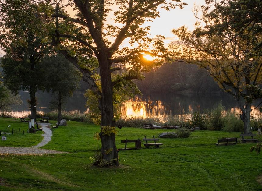 Jesienny zachód słońca nadjeziorem Kuchennym, Olandia