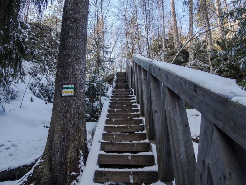 Drewniane schody wśród Białych Skał wGórach Stołowych