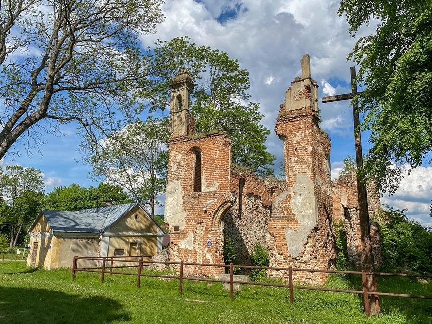 Ruiny kościoła parafialnego p.w. Trójcy Świętej wMielniku